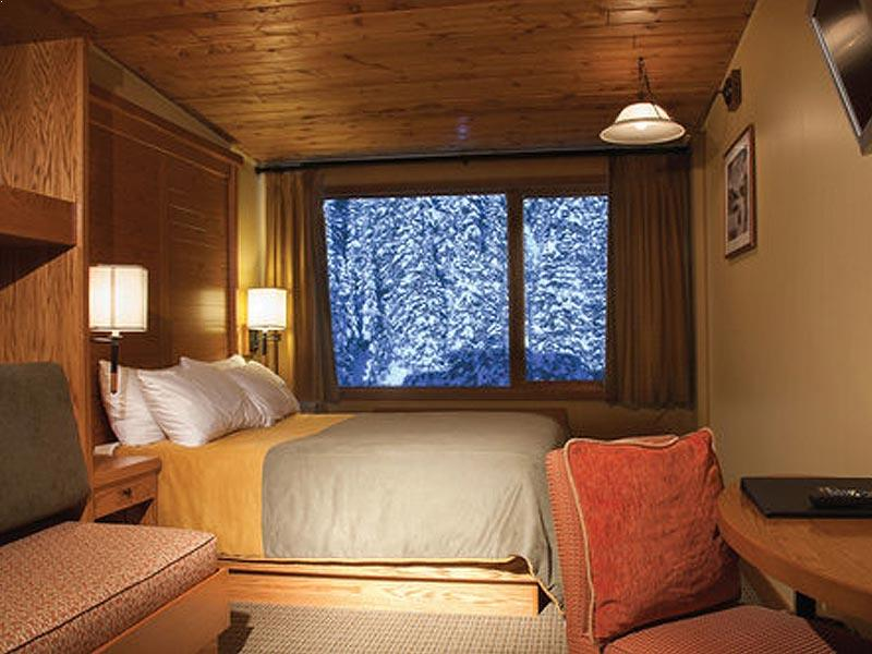 Sunshine Mountain Lodge bedroom