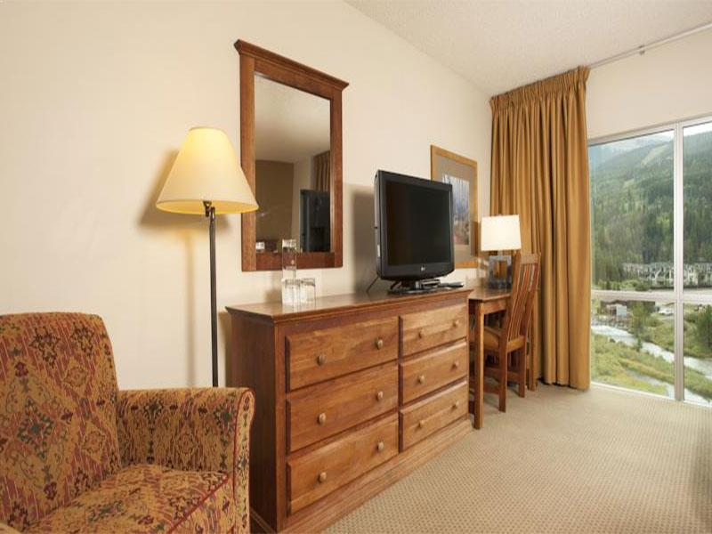 Queen Hotel Room with Mountain View