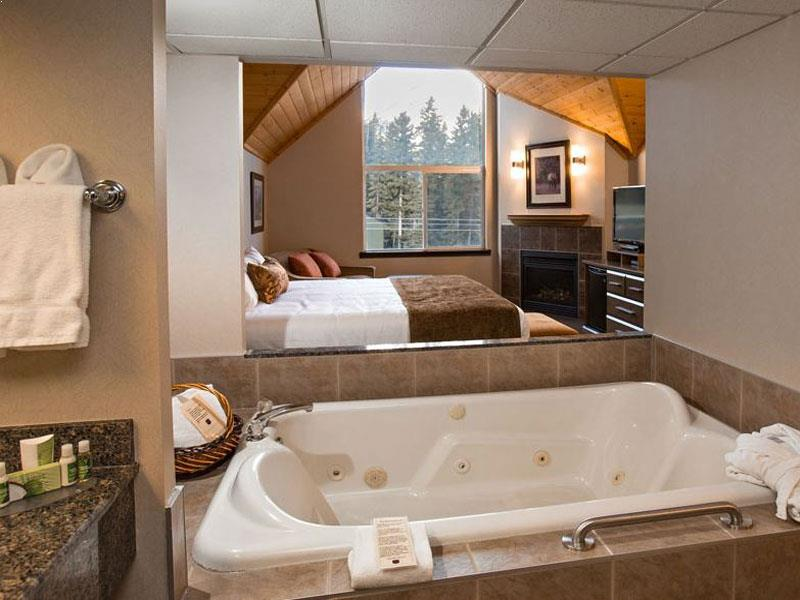 Jacuzzi and bedroom