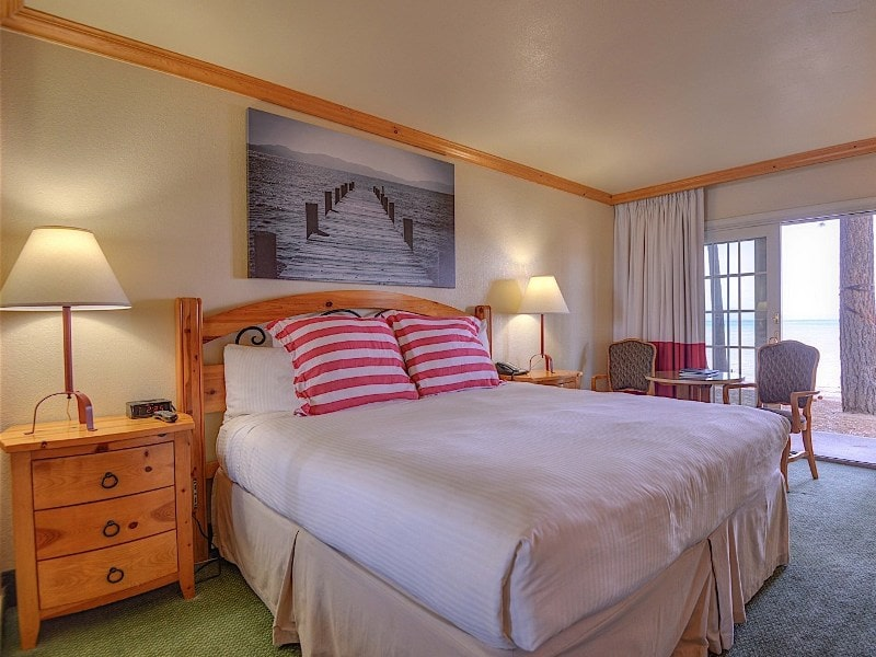 King Lakeview Guestroom
